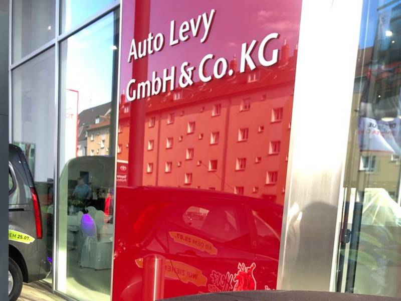 Etwas Normalität: Autohaus Eröffnung in Köln